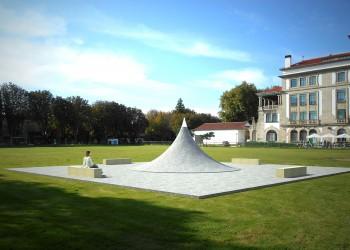 escultura en piedra plaza relatividad